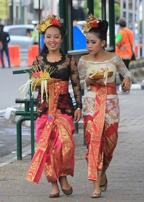 Facts about Bali: Balinese women in ceremonial dress
