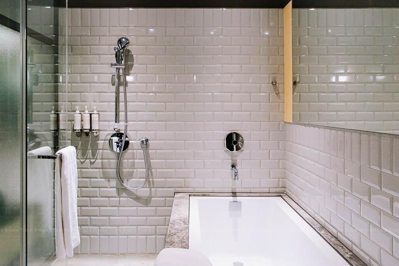 U.I.J Deluxe Room bathtub
